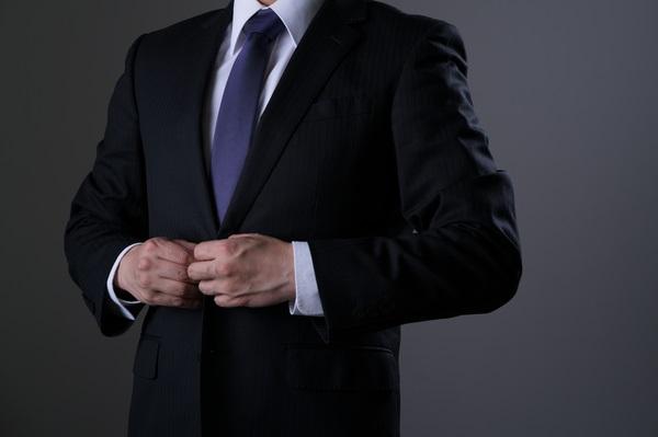 礼服と黒いビジネススーツは何がどう違うの?